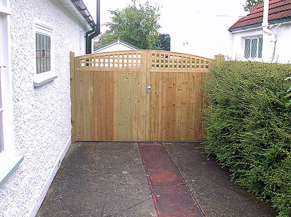 Fencing Installation Conctete Or Wooden Posts And Gravel